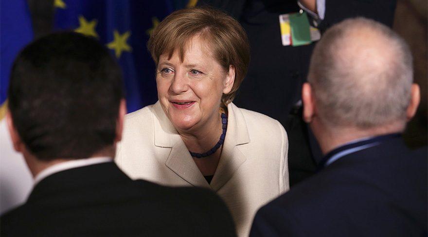 Almanya Başbakanı Merkel ilk seçimini kazanmayı bildi